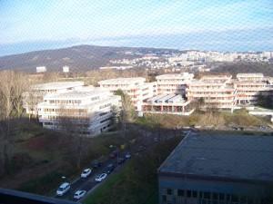 Výhled z okna pokoje na koleji (dole s červenými slunečníky jídelna Eat&Meet)